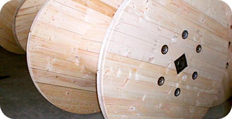 Arredi libreria di design con bobine legno avvolgicavi