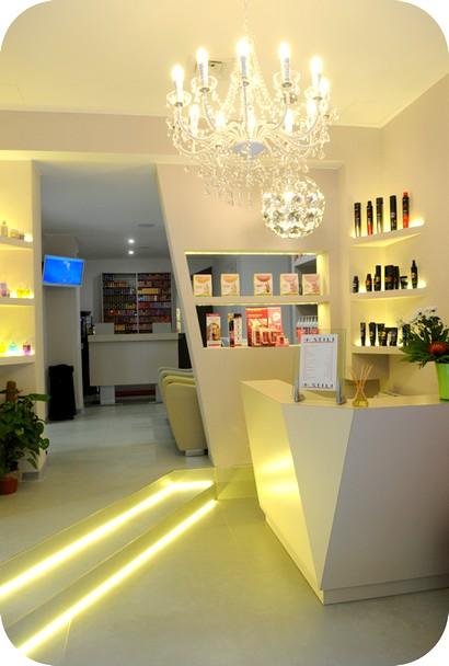 Consegna negozio salone bellezza parrucchieri for Arredamento reception estetica