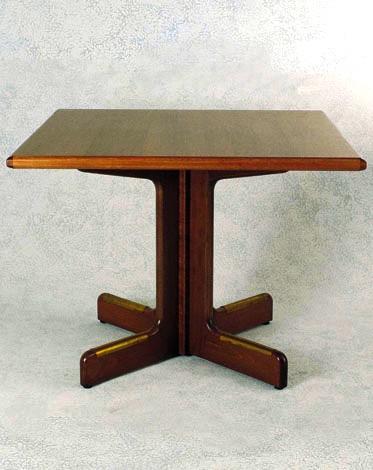 Tavoli in legno con base a 4 piedi for Costo del solarium per piede quadrato