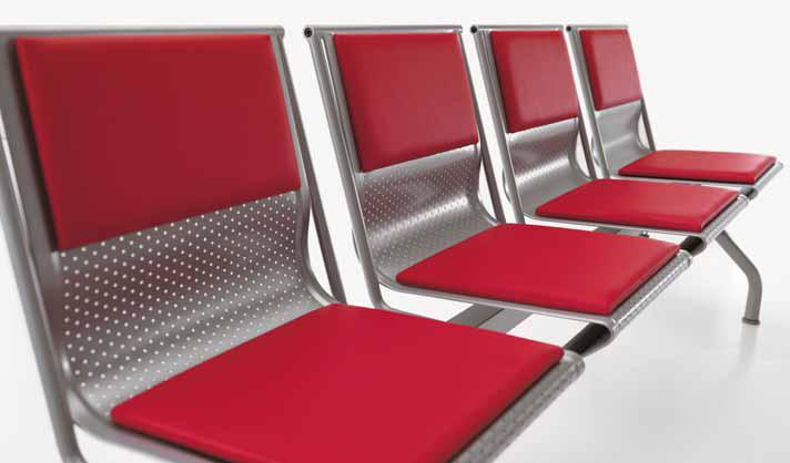 sedute su trave per sala attesa tavolino acciaio