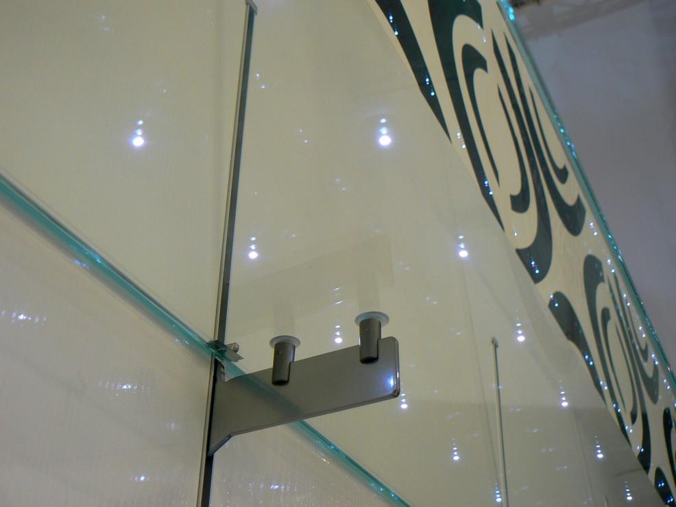 esempio di utilizzo di ripiani invetro trasparente con illuminazione a ...