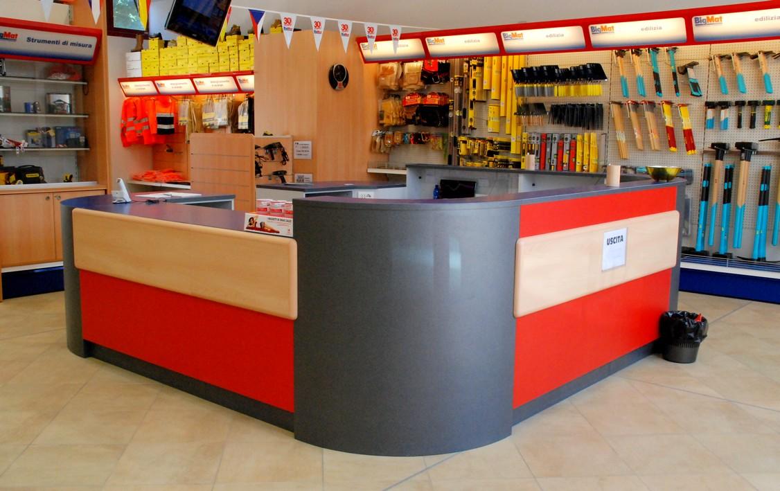 Progettazione spazi arredo negozio scaffalature ferramenta for Piani di garage con lo spazio del negozio