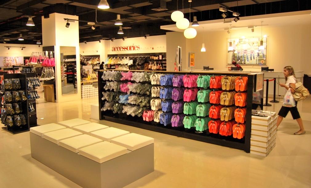 Arredo negozi pelletteria calzature arredamento mensoloni for Centro commerciale campania negozi arredamento