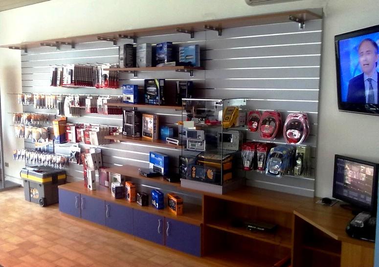 Arredamento negozio pannelli dogati doghe arredamenti negozi for Vendita arredamento