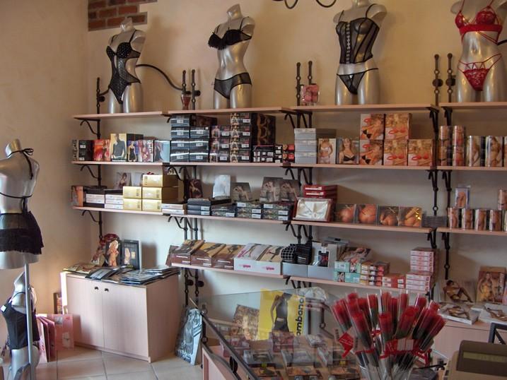 Idee Arredamento Negozio Intimo: Ipotesi di arredamento per negozio diabbigliamento realizzato con.